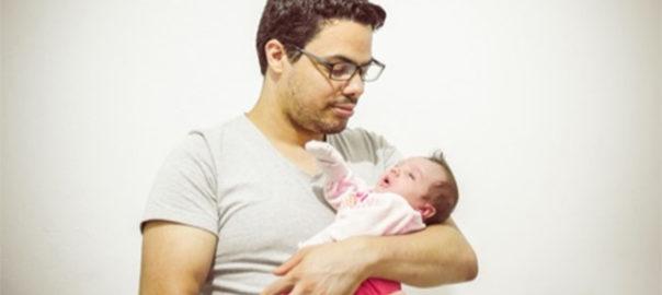 赤ちゃんを抱く男性