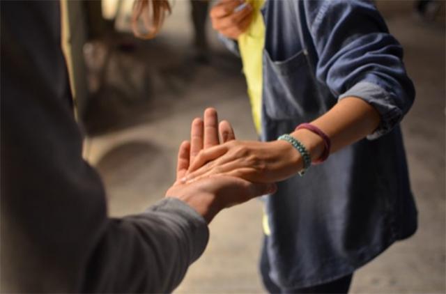 手をとる人